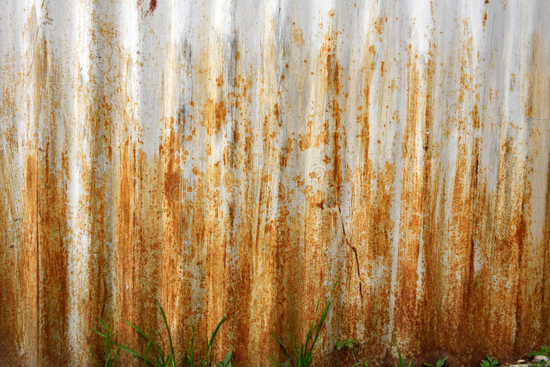 Puerta metálica del garaje del Grunge fotografía de archivo