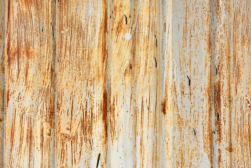 Puerta metálica del garaje del Grunge imagen de archivo