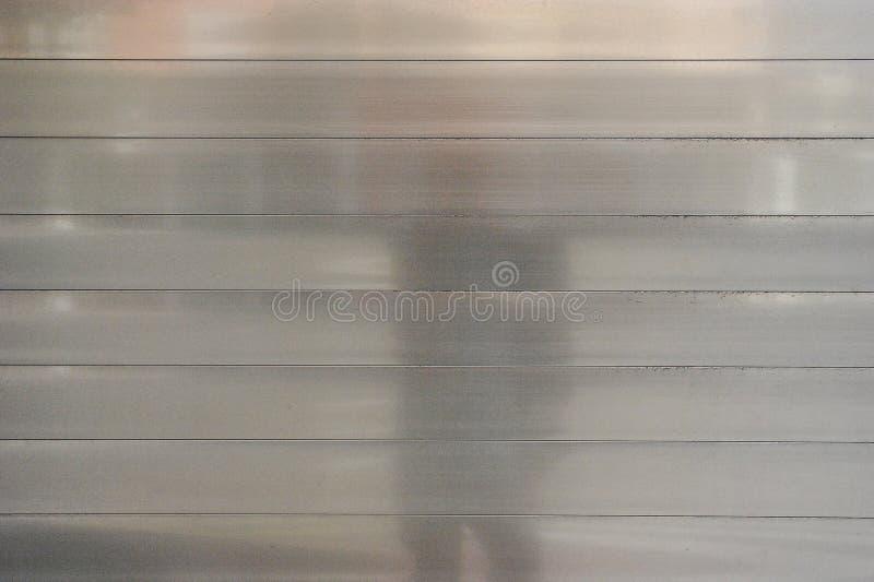 Puerta met?lica gris para los fondos, pulimento del garaje fotos de archivo libres de regalías