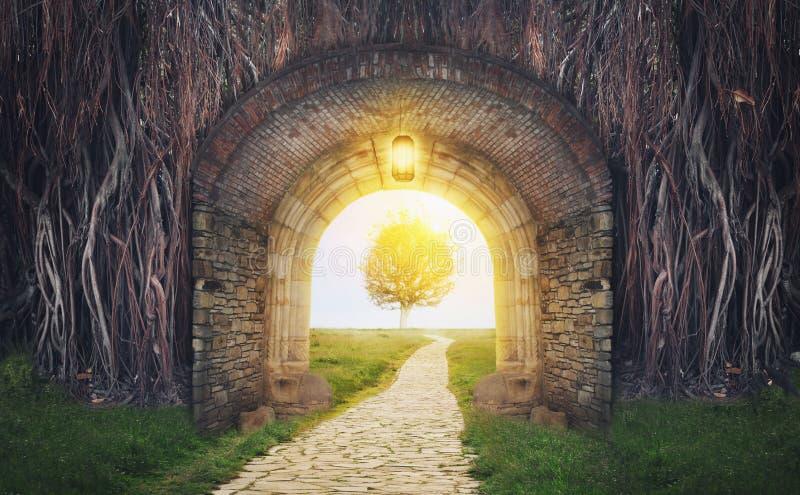 Puerta misteriosa en sueños Nuevo concepto de la vida o del principio fotos de archivo libres de regalías