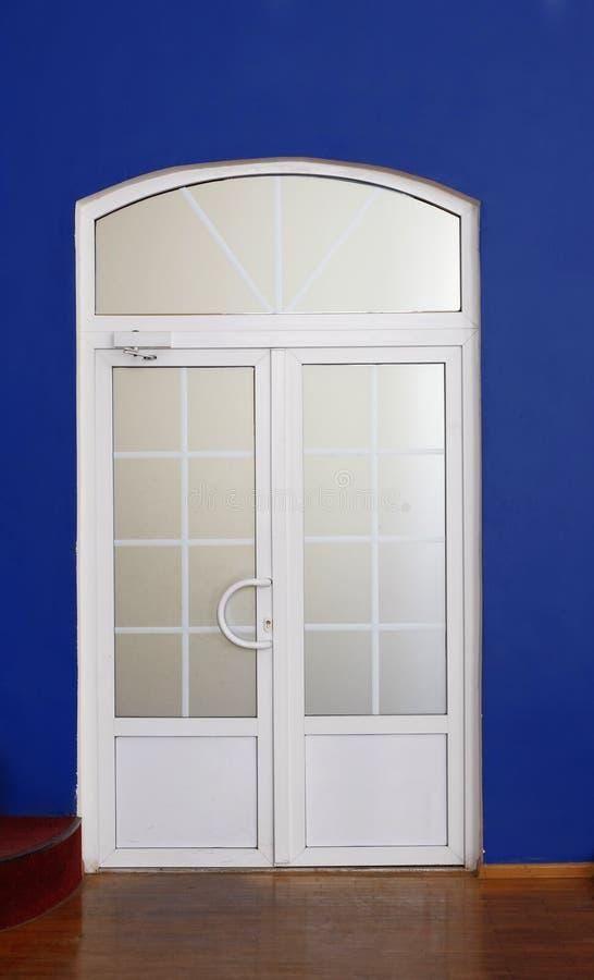 Puerta moderna del color blanco interior fotos de archivo libres de regalías