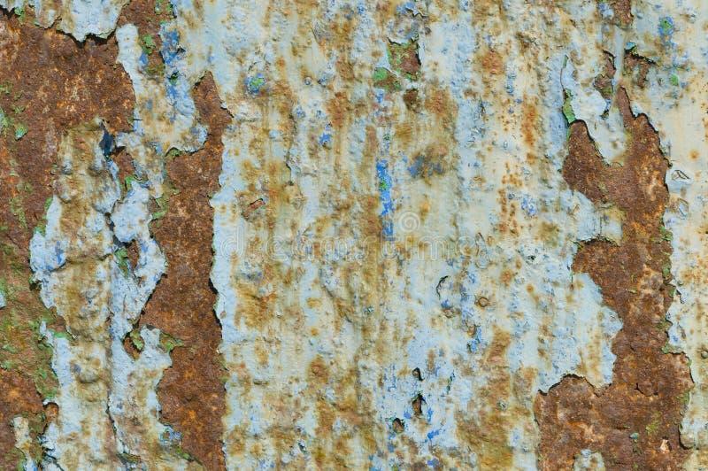 Puerta mojada y vieja del hierro para el fondo o el papel pintado fotografía de archivo