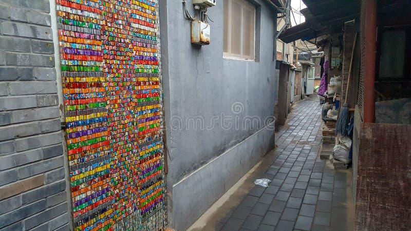 Puerta moldeada colorida de la cortina en un hutong del chino tradicional imagen de archivo libre de regalías