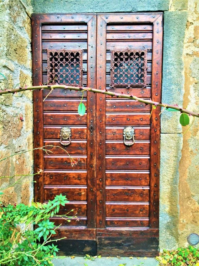 Puerta, monstruo y cuento de hadas del vintage en Civita di Bagnoregio, ciudad en la provincia de Viterbo, Italia fotos de archivo