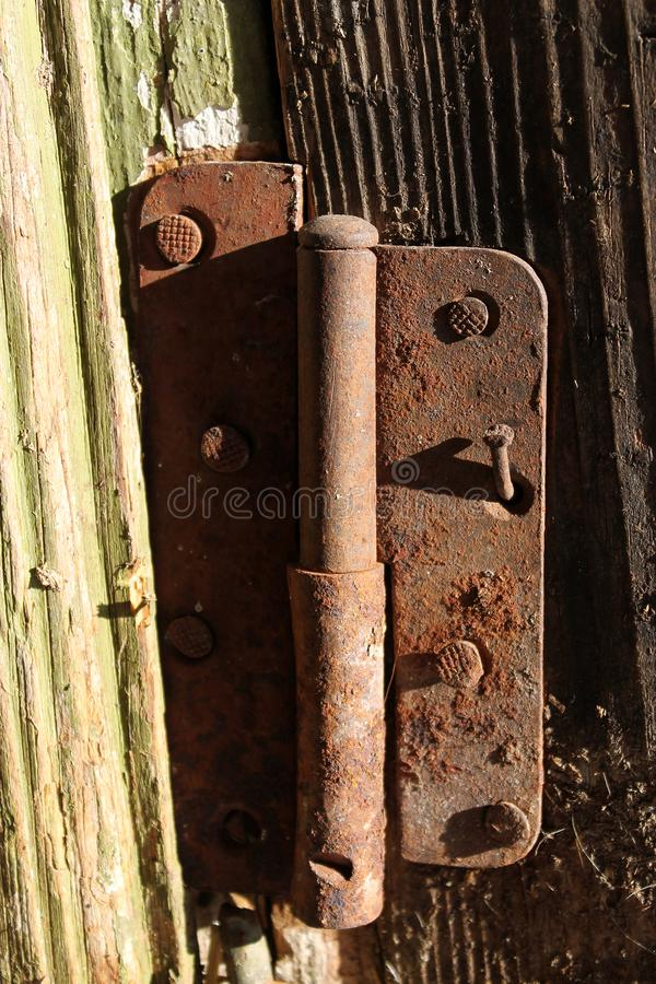 Puerta muy vieja con las bisagras oxidadas imagenes de archivo
