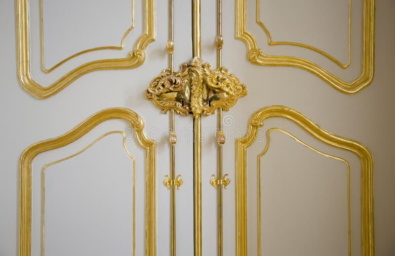 Puerta noble del castillo con los ornamentos dorados imagen de archivo libre de regalías