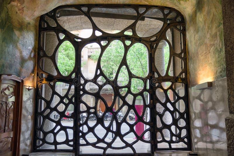 Puerta ornamental en el caso Mila - la casa diseñó por Antoni Gaudi adentro fotos de archivo libres de regalías