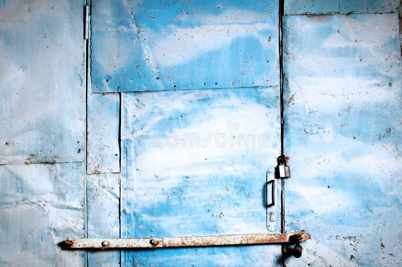 Puerta oxidada azul de un garage. imagen de archivo libre de regalías
