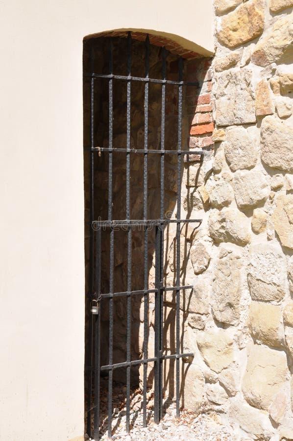 Puerta oxidada del enrejado en el castillo imágenes de archivo libres de regalías