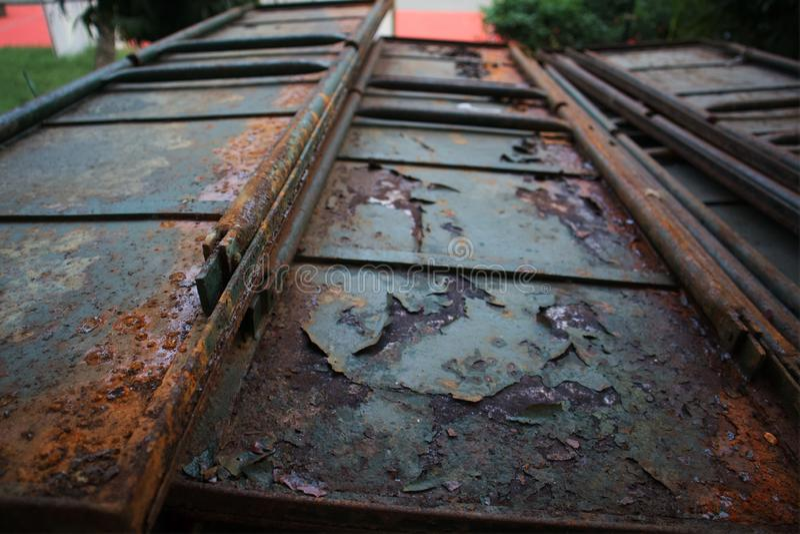 Puerta oxidada del hierro, puerta, puerta del metal del vintage, fotos de archivo libres de regalías
