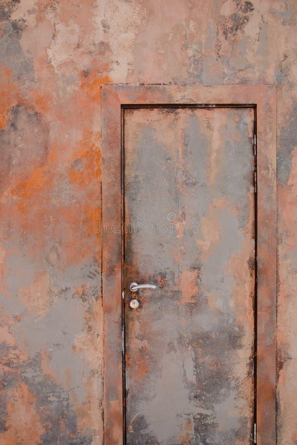 Puerta oxidada del metal, formando un modelo abstracto eficaz fotos de archivo
