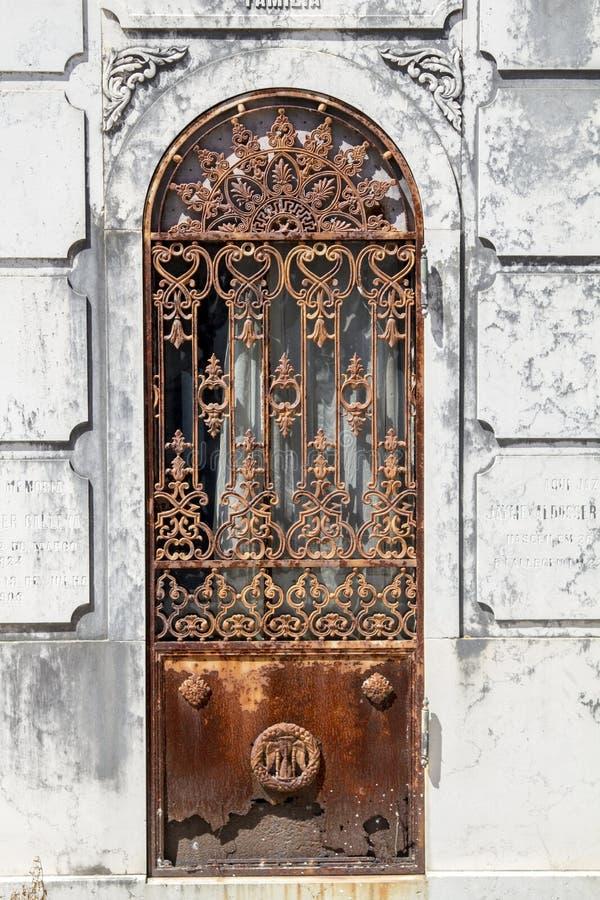 Puerta oxidada vieja fotografía de archivo libre de regalías