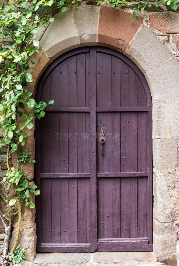 Puerta púrpura vieja imagen de archivo libre de regalías