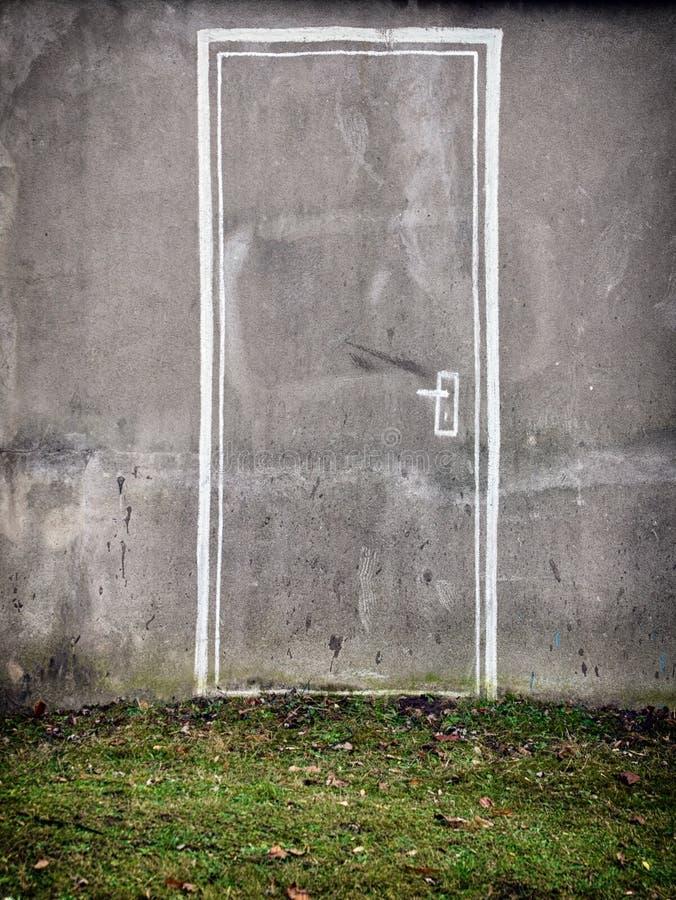 Puerta pintada en la pared en hierba verde Nueva manera conceptual, ent fotos de archivo libres de regalías