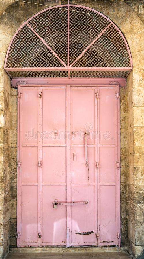 Puerta pintada viejo rosa del metal imagen de archivo libre de regalías