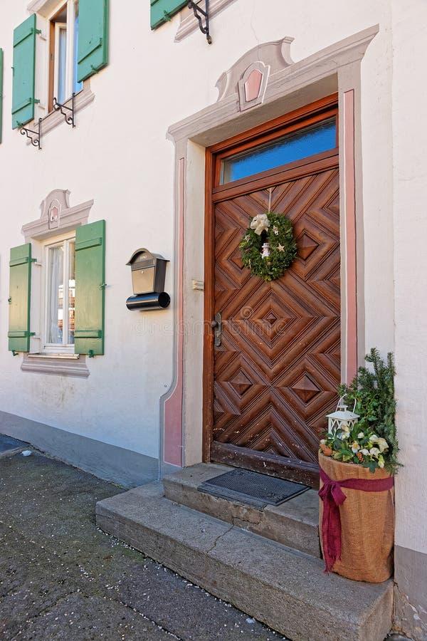 Puerta principal adornada para los días de fiesta de la Navidad foto de archivo libre de regalías