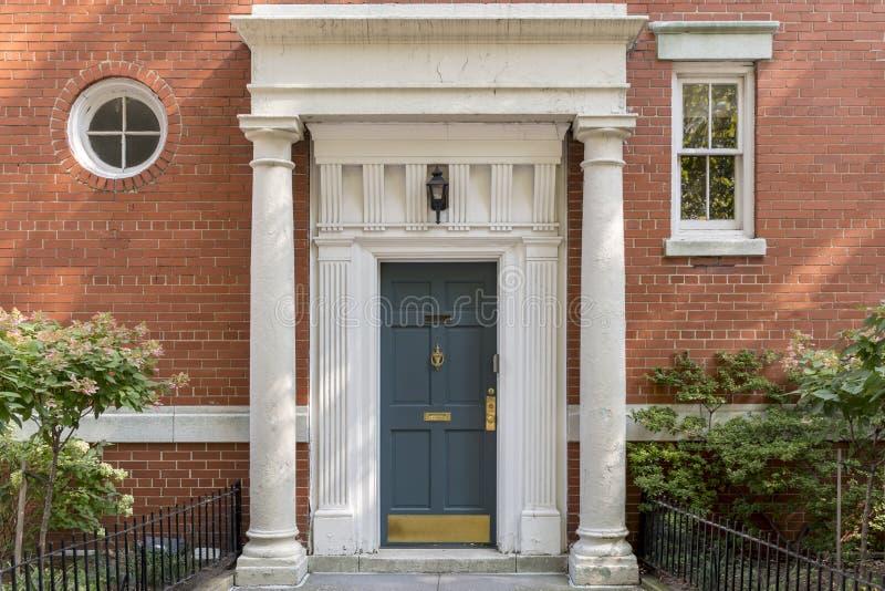 Puerta principal, columnas y pared de ladrillo adornadas en Nueva York fotos de archivo