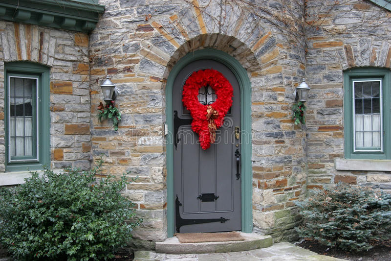 Puerta principal con las decoraciones de la Navidad foto de archivo libre de regalías