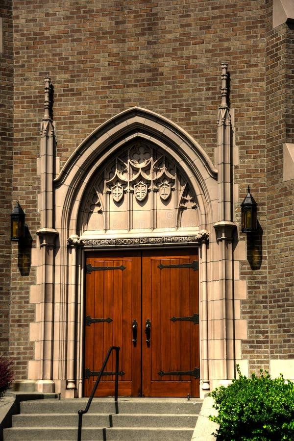 Puerta principal de la iglesia gótica en Bellingham, Washington imagenes de archivo