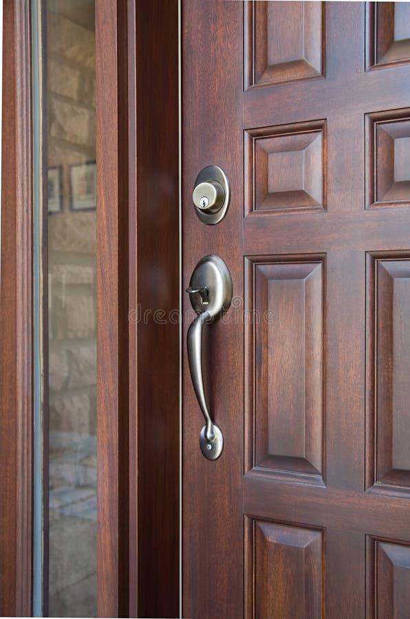 Puerta principal de madera imagen de archivo imagen 8638721 for Puerta principal de madera