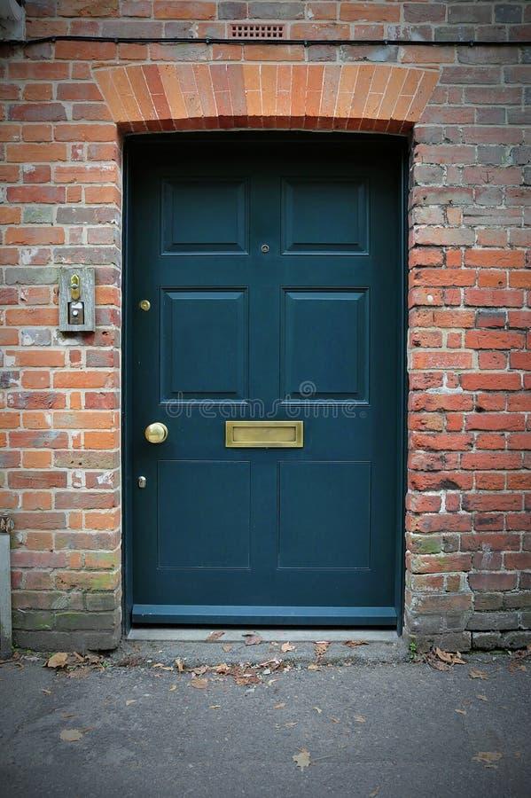 Puerta principal de una casa del ladrillo rojo fotos de archivo libres de regalías