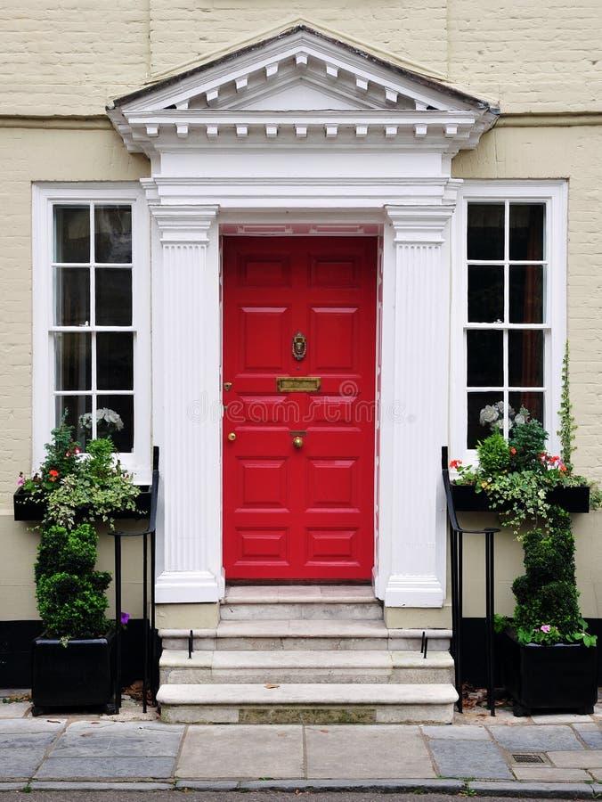 Puerta principal de una casa hermosa fotos de archivo libres de regalías