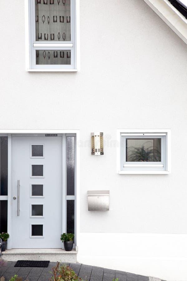 Puerta principal de una casa moderna foto de archivo libre de regalías