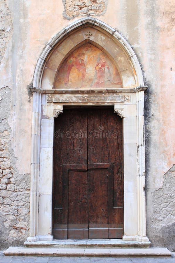 Puerta principal de una iglesia medieval imagenes de archivo