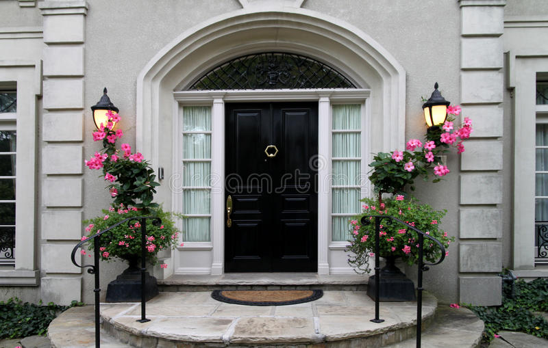 Puerta principal elegante con las flores fotos de archivo libres de regalías