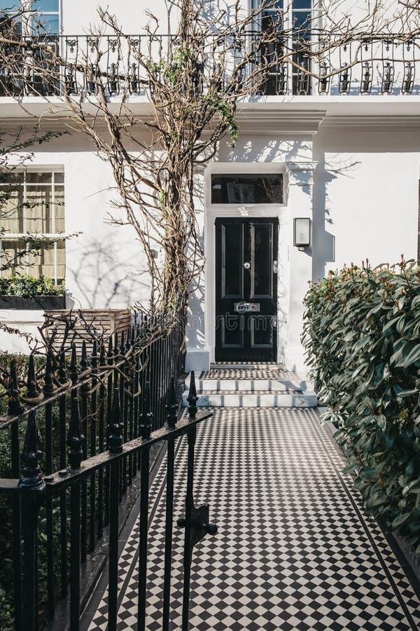 Puerta principal negra en una casa inglesa en Londres, Reino Unido fotos de archivo libres de regalías