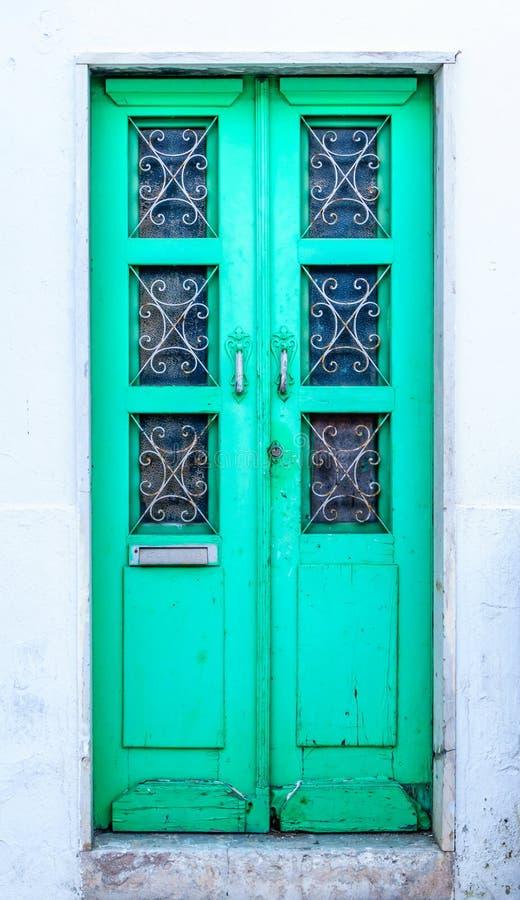 Puerta principal portuguesa tradicional - verde vibrante foto de archivo
