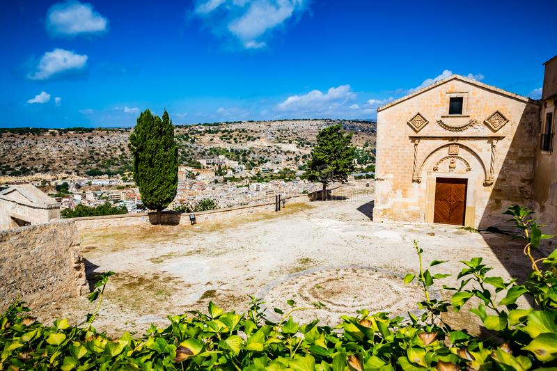 Puerta principal y patio de Santa Maria della Croce Convent y ciudad de desatención del monasterio de Scicli, Sicilia imagenes de archivo