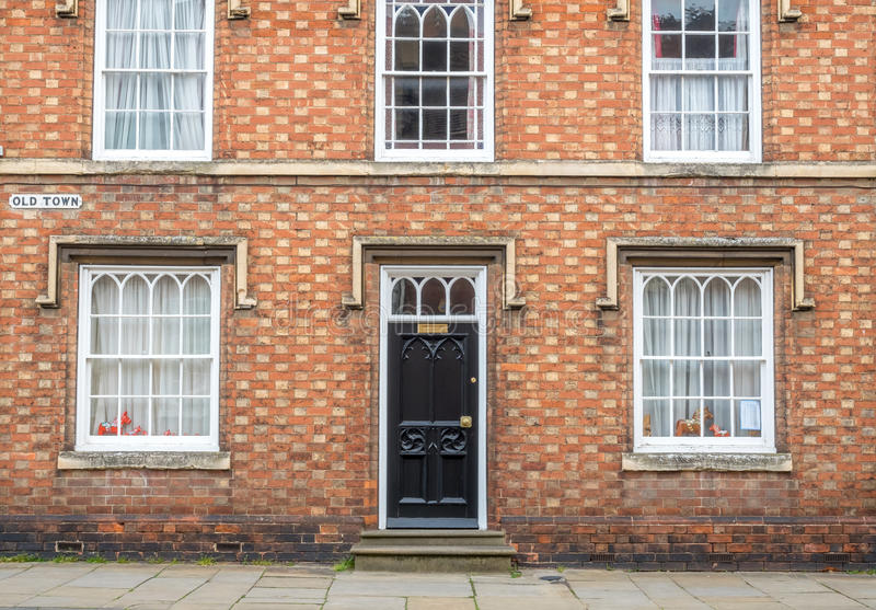Puerta principal y ventanas de la cabaña inglesa fotos de archivo