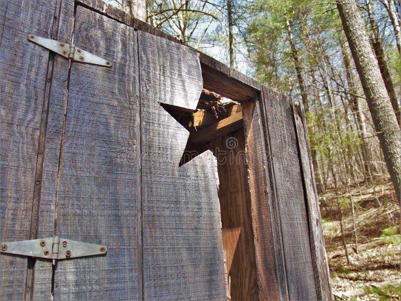 Puerta quebrada de la dependencia en camping abandonado imágenes de archivo libres de regalías