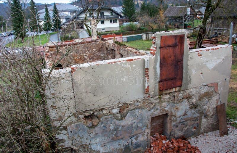 Puerta rústica vieja del hierro en la pared demolida fotografía de archivo libre de regalías