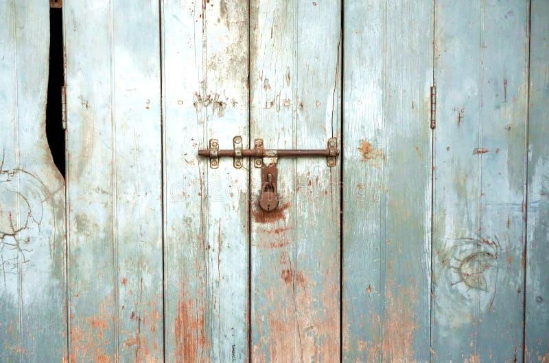 Puerta resistida azul metálico viejo del tablero fotografía de archivo libre de regalías