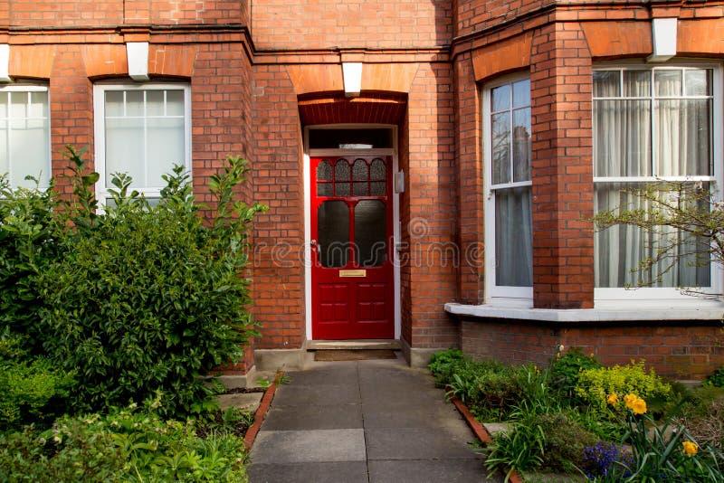 Puerta roja colorida, Londres, Reino Unido fotografía de archivo libre de regalías