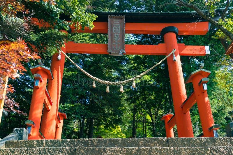 Puerta roja de Torii en el parque de Asama del soporte fotografía de archivo