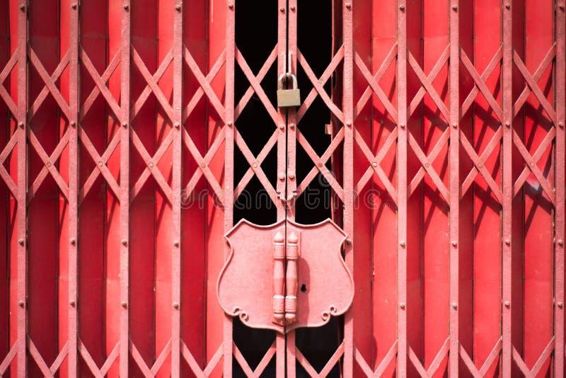 Puerta roja del acero de la diapositiva imagenes de archivo