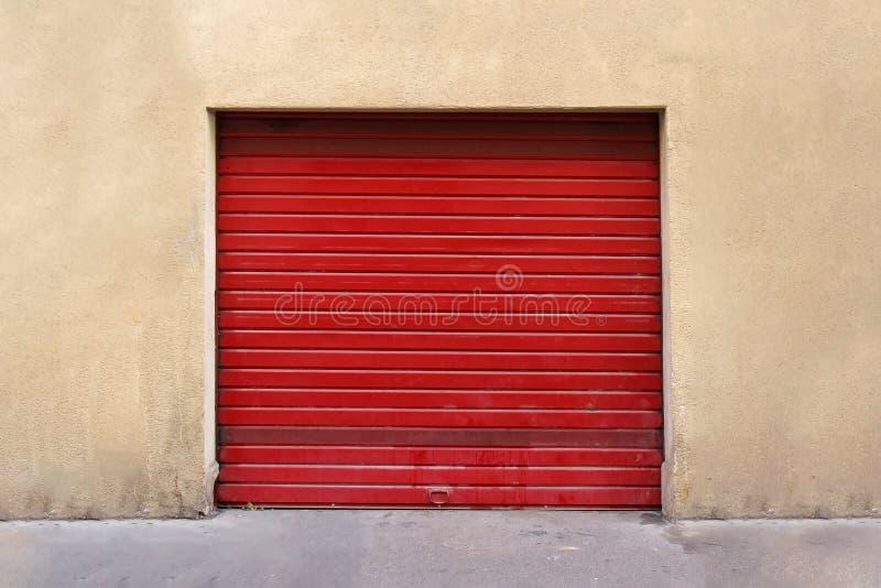 Puerta roja del garage fotos de archivo libres de regalías