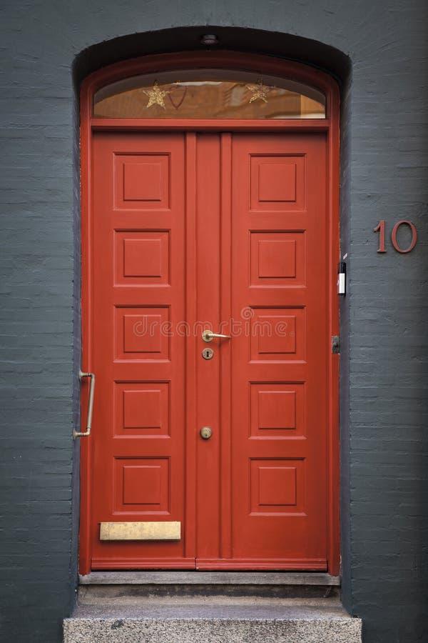 Puerta roja elegante imagenes de archivo