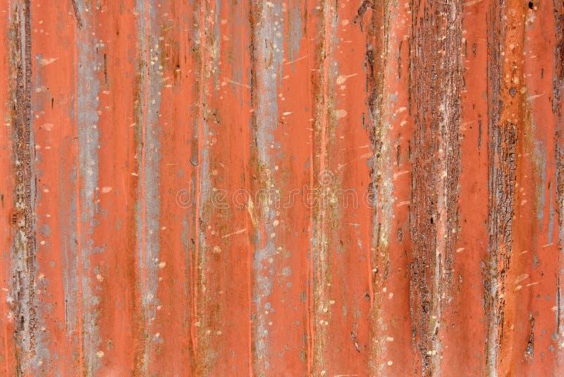 Puerta roja metálica del garaje del Grunge fotografía de archivo