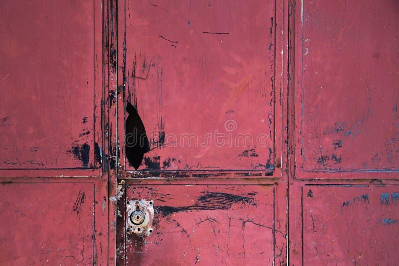 Puerta roja quebrada vieja del metal fotografía de archivo libre de regalías