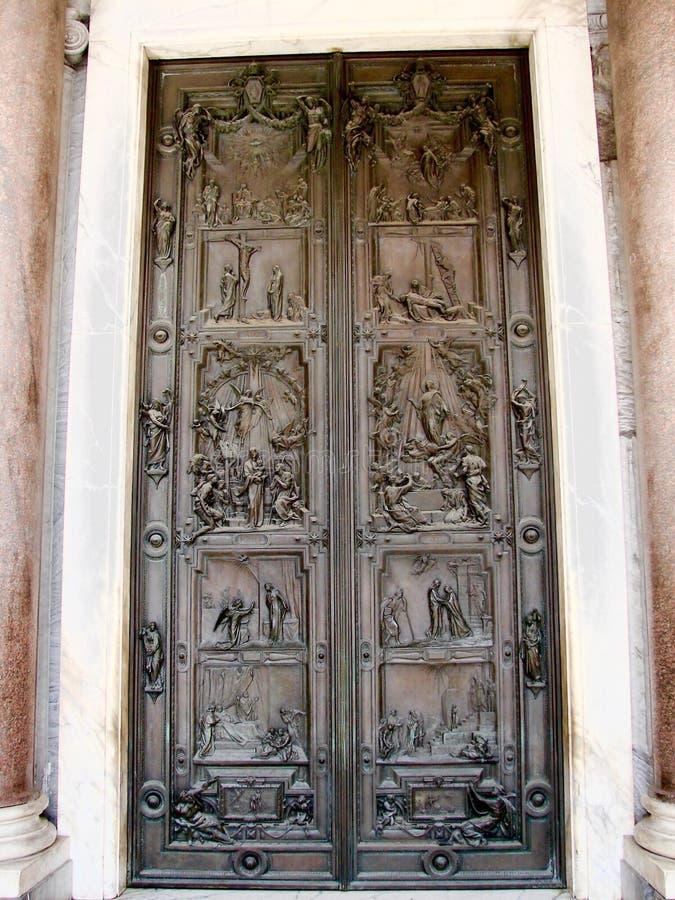 Puerta santa de la basílica de San Pablo fuera de las paredes imagenes de archivo