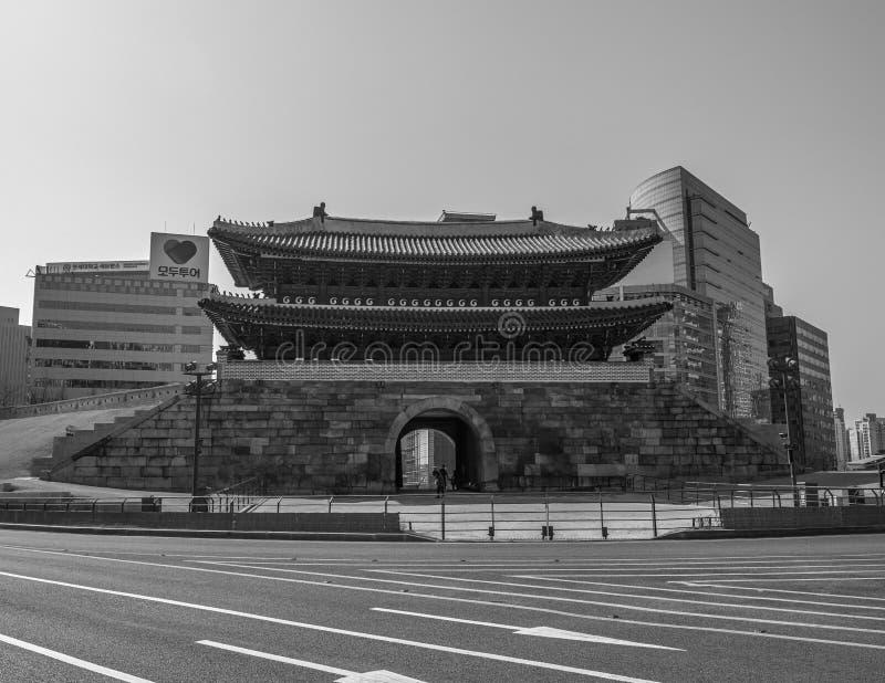 Puerta Seúl de Namdaemun blanco y negro foto de archivo libre de regalías