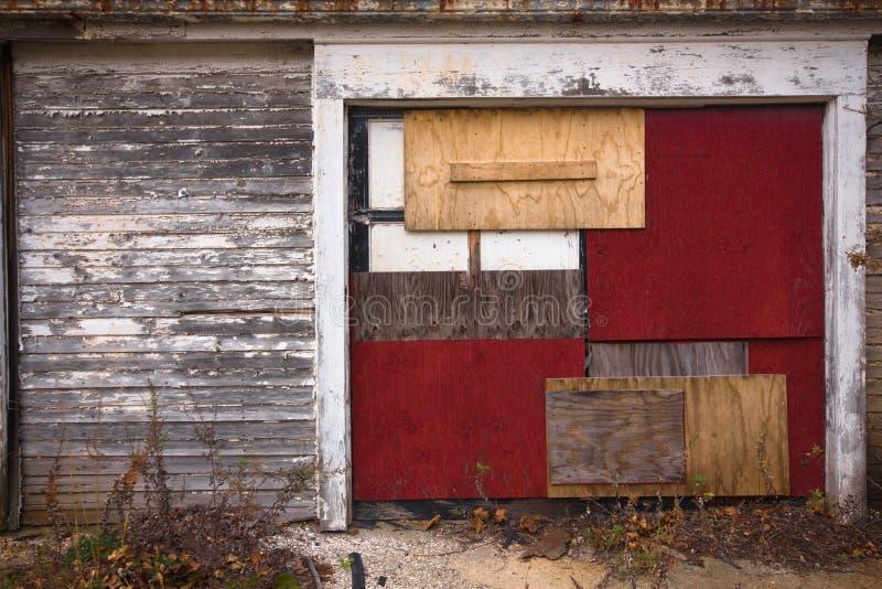 Puerta subida sucia del garage fotos de archivo libres de regalías