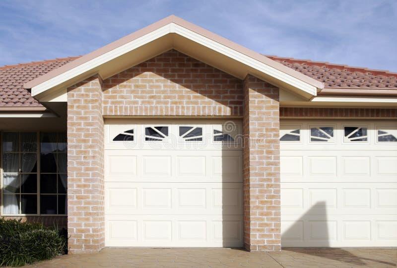 Puerta suburbana del garage de la casa de ciudad imagenes de archivo