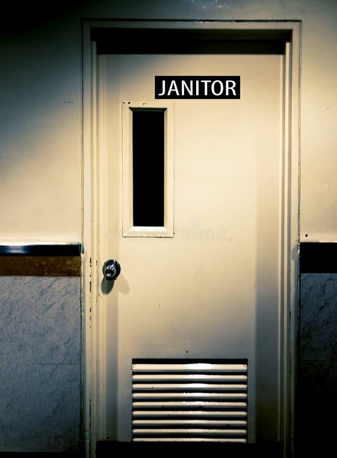Puerta sucia oscura espeluznante con el portero Sign en ella en la esquina y la luz del sol oscuro foto de archivo libre de regalías