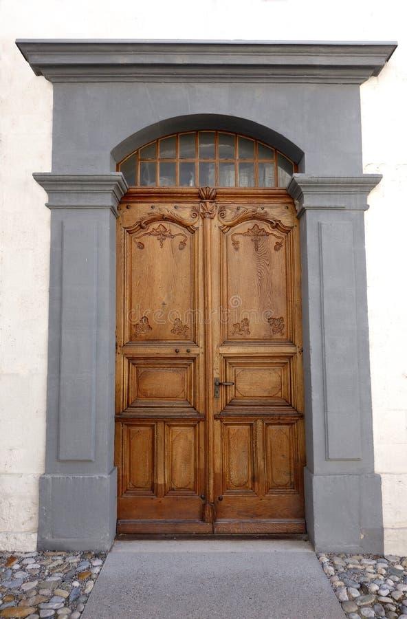 Puerta suiza de madera decorativa vieja de la iglesia imagenes de archivo