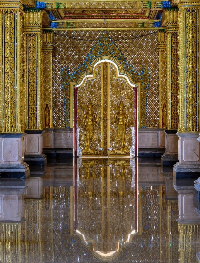 Puerta tailandesa de la escultura del templo fotos de archivo